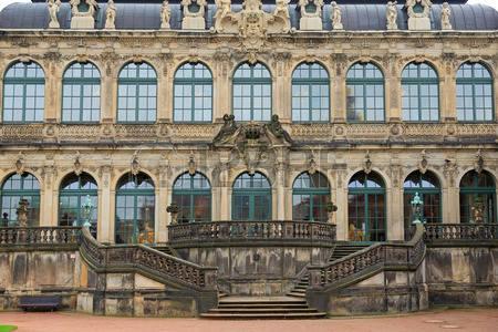 34547731-dresde-zwinger-marches-du-palais-et-de-la-façade-allemagne